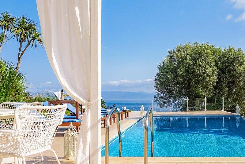 Spacious 3 bed villa with terrace within a resort, location de vacances à Paliouri