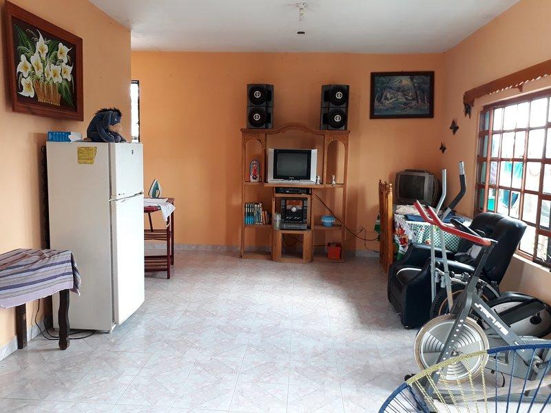Sala de estar con refrigerador tv wifi mini gym siga mesa y sillas