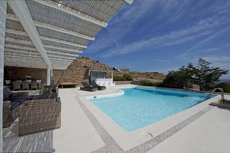 Luxury apartment Divine, private pool, 4 BR/sea view, holiday rental in Kalafatis
