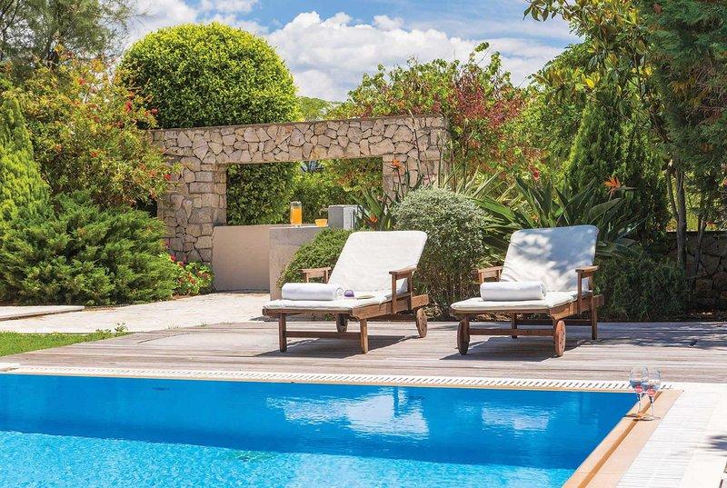 Pretty villa w/nice garden, close to beach & shops, holiday rental in Frini