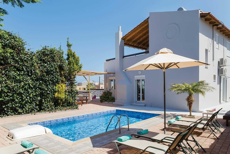 Modern Villa 500 metres from bars & the beaches, holiday rental in Adelianos Kampos
