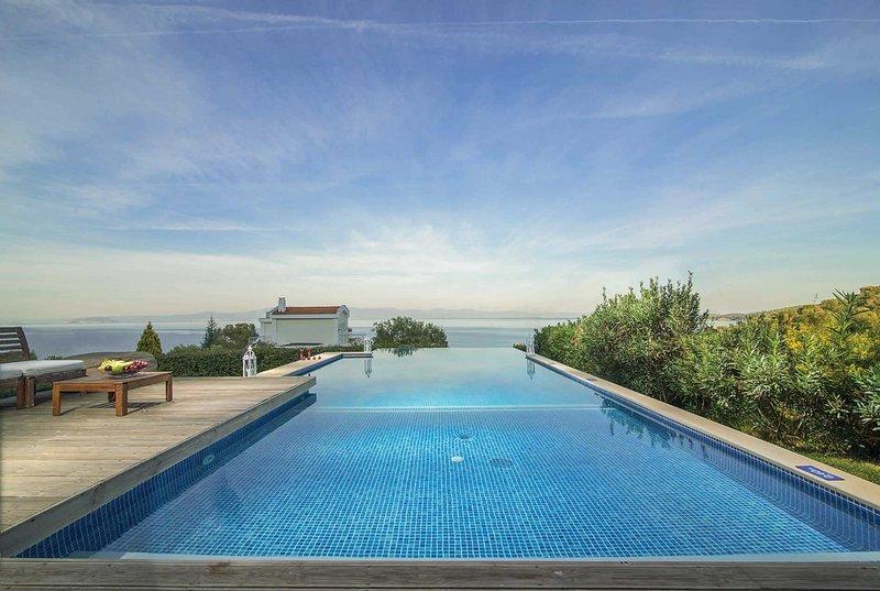 3 bed villa with infinity pool, walk to beach, location de vacances à Paliouri