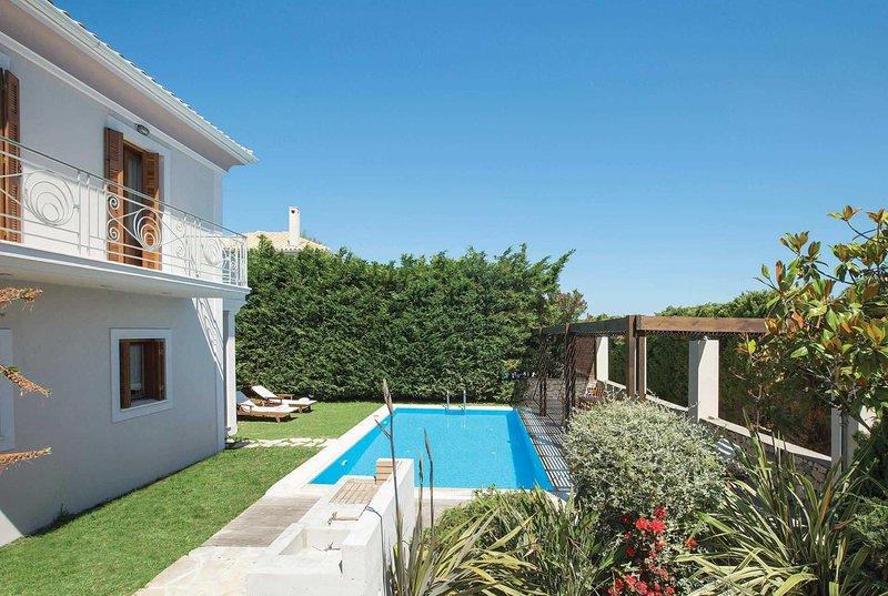 Pretty villa w/nice garden, 5 min to beach & bars, holiday rental in Frini