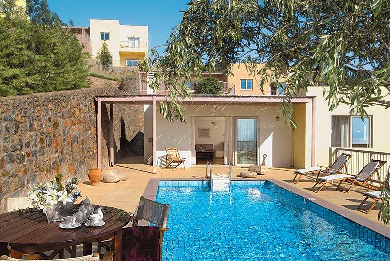 Villa with sea views , 10 min walk to amenities, vacation rental in Katsikia