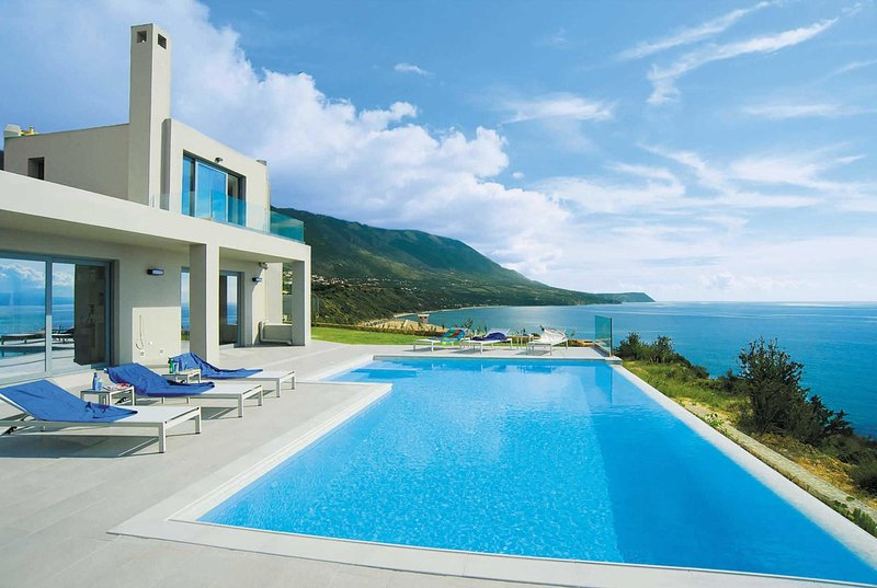 Luxury cliff top villa with panoramic sea views, vacation rental in Mousata