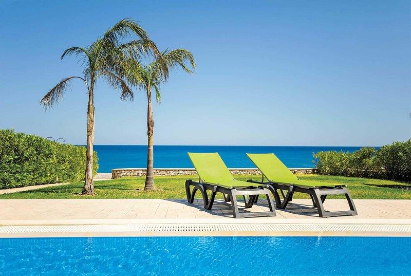 3 bed Villa with direct accesss to Lahania Beach, aluguéis de temporada em Lachania