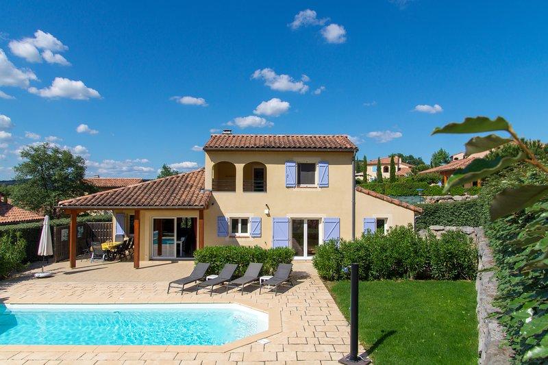 Villa Aux Lions voor 8 personen met privézwembad, holiday rental in Vallon-Pont-d'Arc