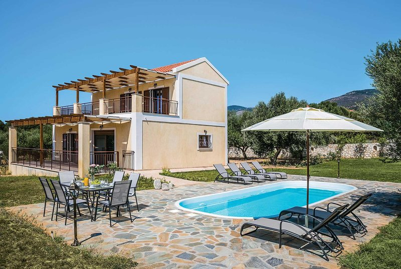 5 minute walk to beach with a few shops & tavernas, vacation rental in Mousata