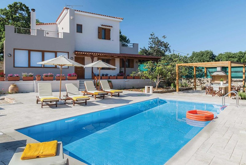 Newly-renovated villa 15 walk to villa of Prines, holiday rental in Gonia