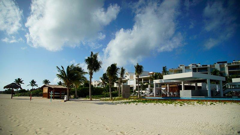 Beach club privato con piscina, jacuzzi, ristorante e bar