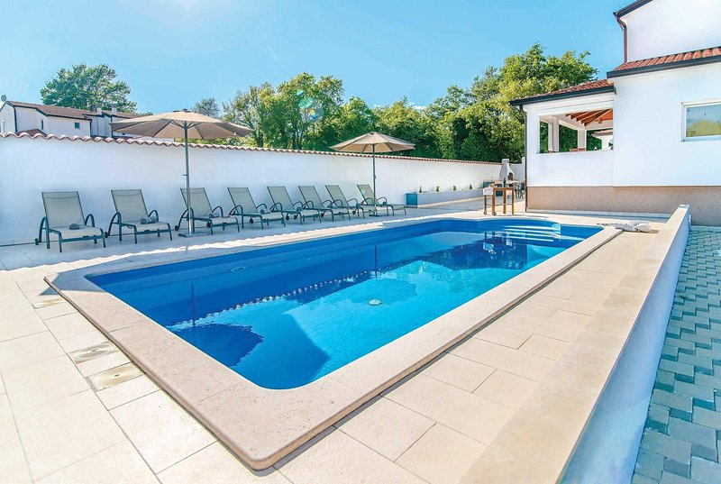 4 bedroom villa with outdoor dining and pool, holiday rental in Zikovici