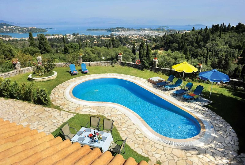 3 Bed villa, stunning sea & countryside views, location de vacances à Temploni