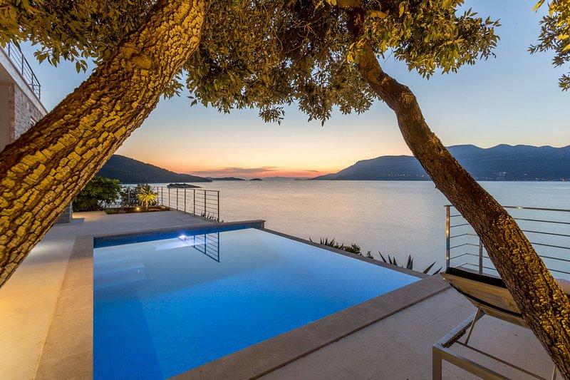 Beachfront Villa Poseidon with Heated Pool, vacation rental in Zrnovska Banja