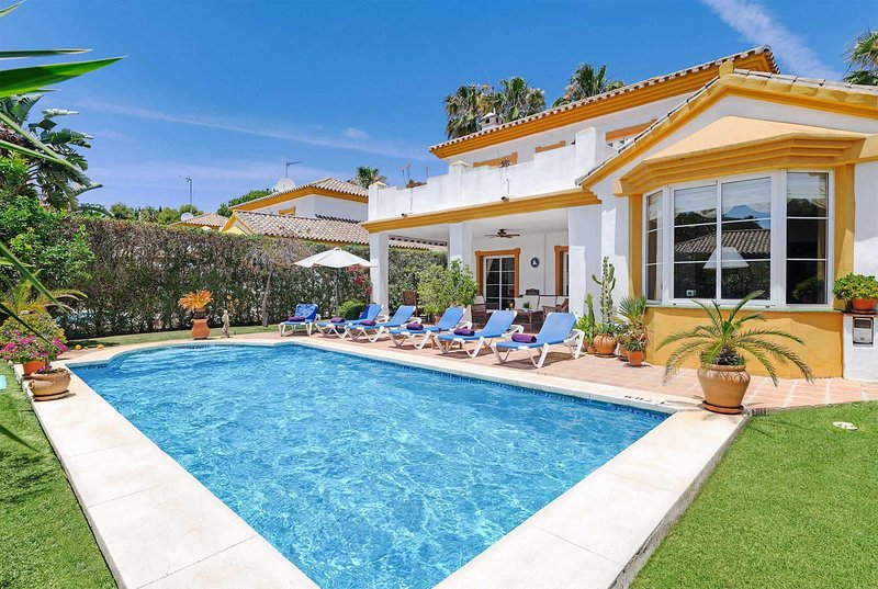 villa close to the beach with terrace and aircon, holiday rental in Sitio de Calahonda