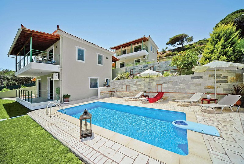 Beach-side villa in a small quiet development, holiday rental in Troulos