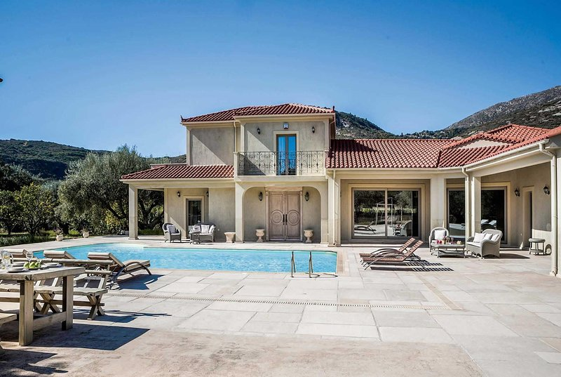Lux villa within walking distance to all amenities, vacation rental in Katelios