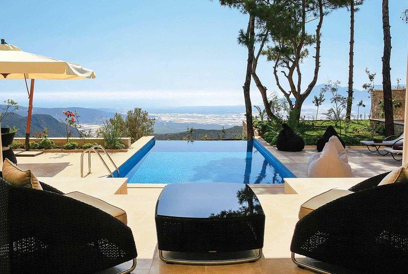 Luxury 4 bed villa with infinity pool, free Wifi, casa vacanza a Islamlar