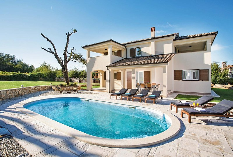 Modern 3 bed villa w/ heated pool & outdoor dining, holiday rental in Ruzici