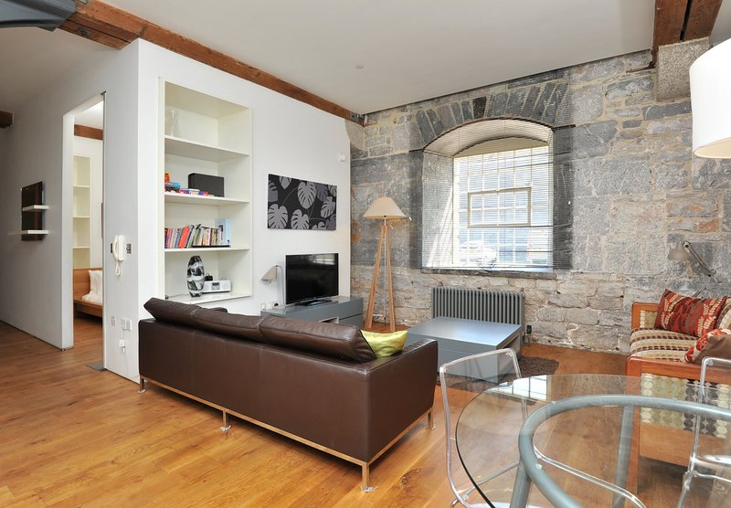 10 Clarence Drakes Wharf Royal William Yard - Stylish 2 bed ground floor watersi, holiday rental in Plymouth