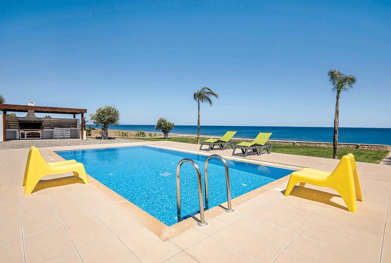 Smart beachfront villa, 10 mins walk to restaurant, holiday rental in Lachania