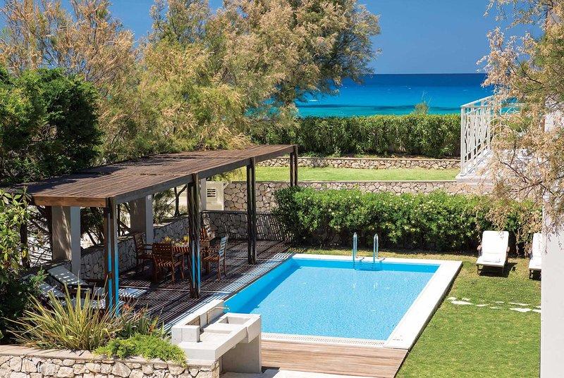 Beachfront villa w/seaview, ameneties 5 min walk, holiday rental in Frini