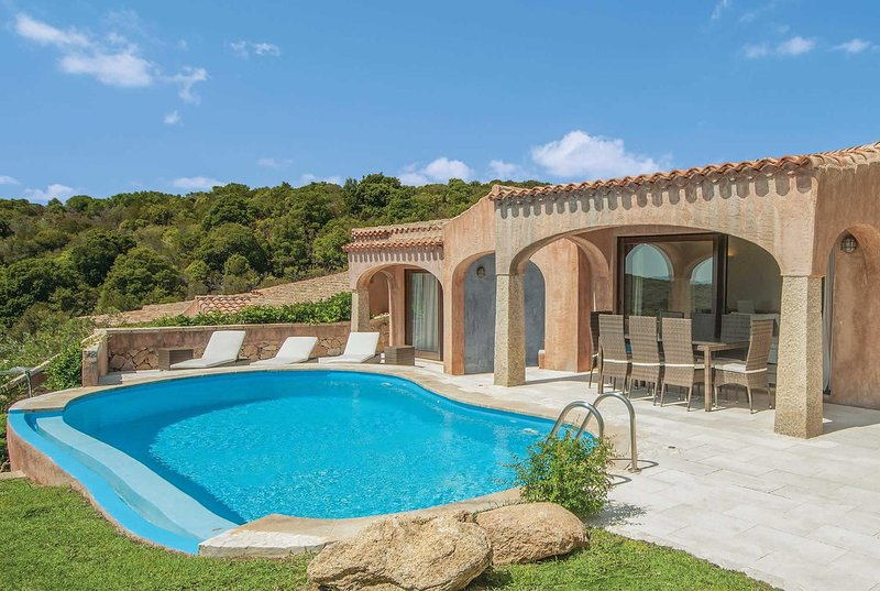 Charming hillside villa with incredible views, holiday rental in Cala di Volpe