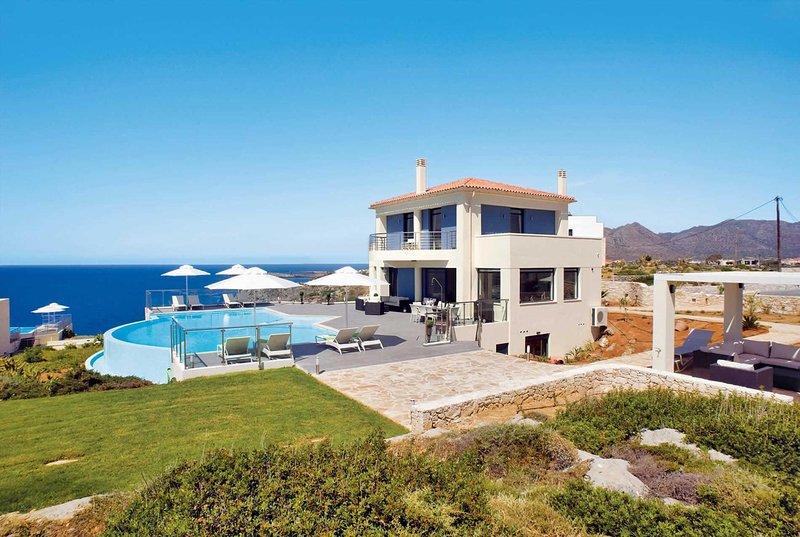 Lux villa near beach, with gym & cinema room, holiday rental in Stavros