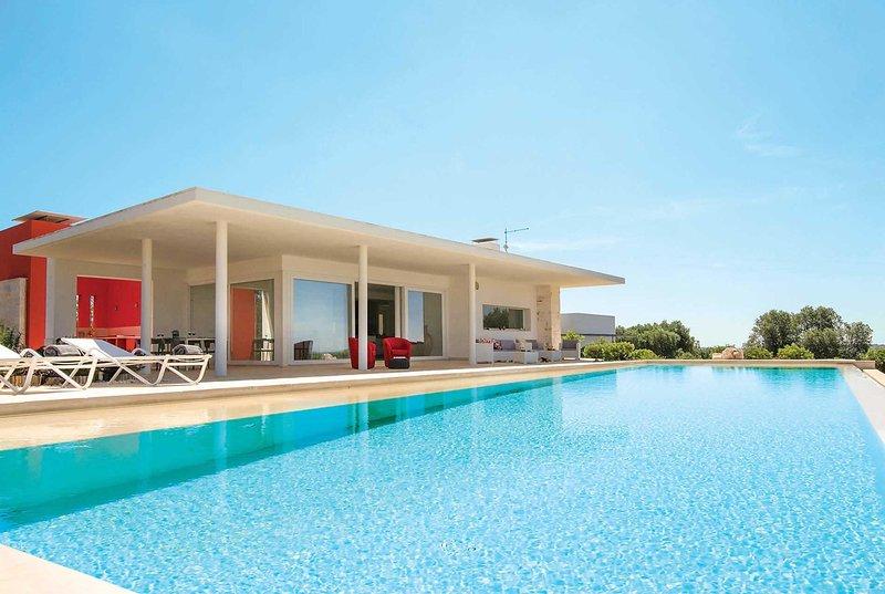 Modern villa w/large pool, Wi-fi & stunning views, alquiler vacacional en Casalini di Cisternino