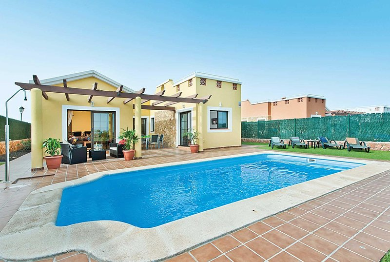 4 Bed Villa w/pool, AC & Xbox - Near Golf Course, location de vacances à Pozo Negro