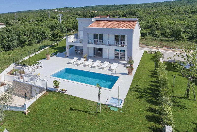 Lovely 4 bed 4 bath villa with pool A/C WIFI, vacation rental in Viskovici