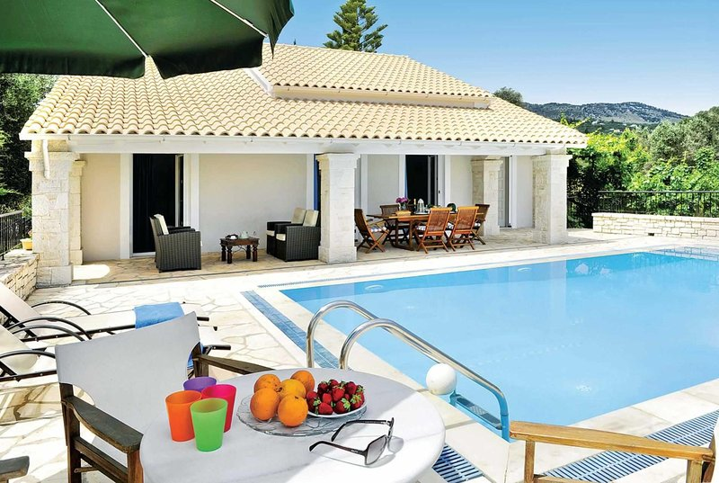 3 Bed Villa  a short drive to amenities & beaches, holiday rental in Avlaki