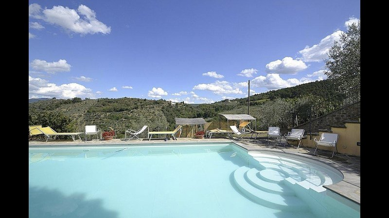 'Sasso giallo' country house with swimming pool, holiday rental in Santa Firmina