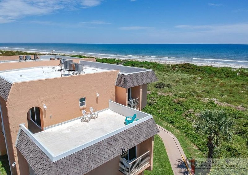 Direct Oceanfront ~ Large Private Sun Deck ~ Excellent Location!, location de vacances à Crescent Beach
