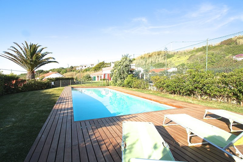 SUMMER HOUSE IN FRONT OF THE BEACH, holiday rental in Colares