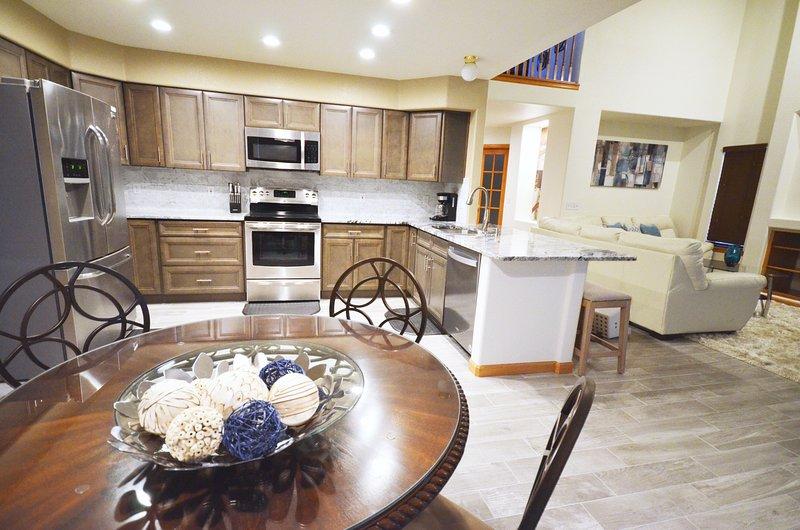 Beaucoup de places dans cette maison. Le coin cuisine peut accueillir 4 personnes, la salle à manger 8 personnes et le bar 4 personnes.