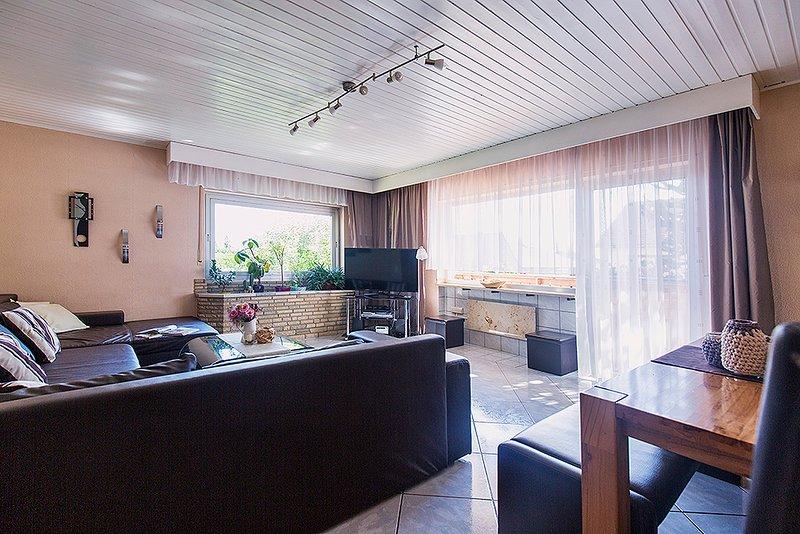 Living room apartment Zum Mensfelder Kopf with dining room and large flat screen TV