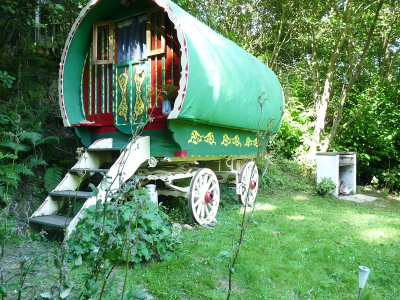 Escape to Romany Wagon Holiday Retreat, Perfect peace and seclusion.Dog friendly, holiday rental in Coed Y Bryn