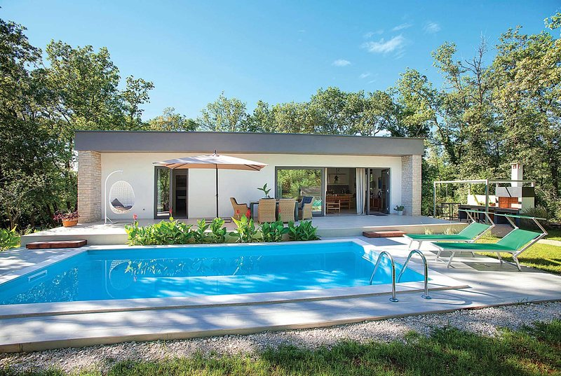 Peaceful modern villa located in a quiet hamlet, holiday rental in Radini