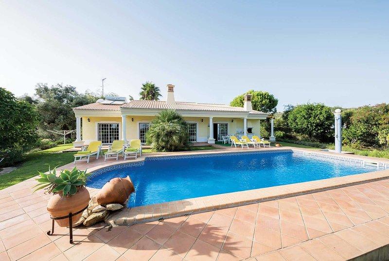 Charming 3 bed villa with private pool, location de vacances à Boliqueime