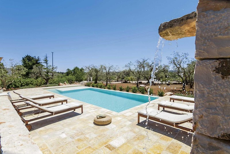 Rustic villa w/pool, BBQ & spacious outdoor dining, holiday rental in Calabrese