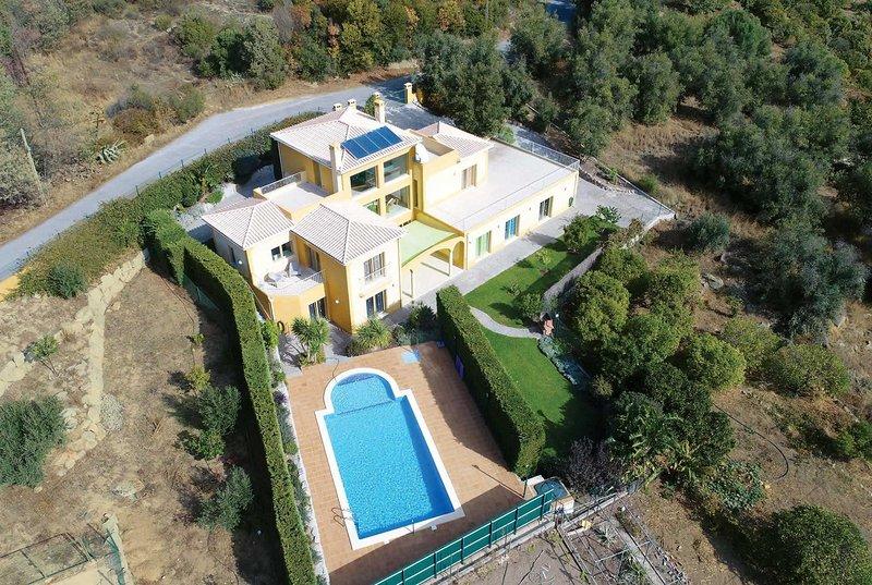 Amazing villa fantastic setting, vacation rental in Montes de Cima