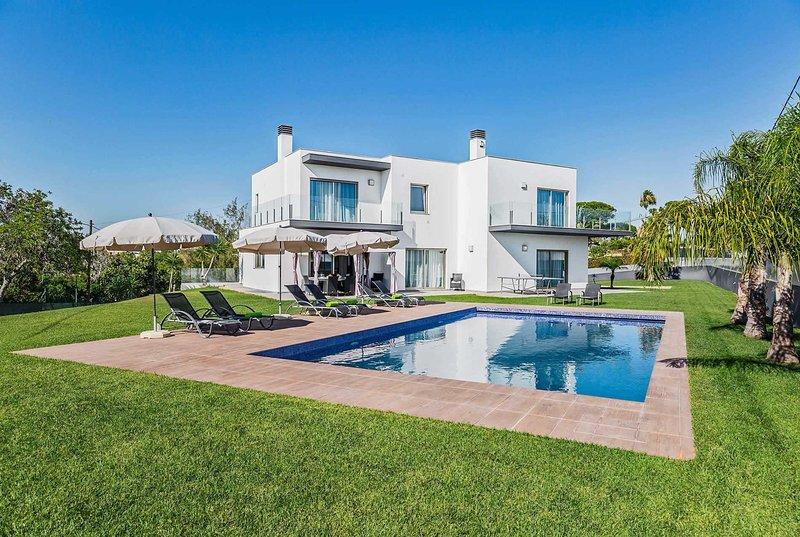Villa w/ outdoor dining, pool & free pool towels, vacation rental in Calvana