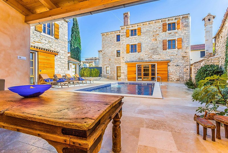 Beautiful farmhouse villa, close to amenities., aluguéis de temporada em Sisan