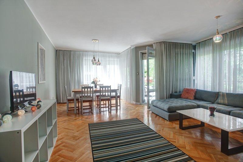 Spacious apartment close to the American Embassy, aluguéis de temporada em Sófia