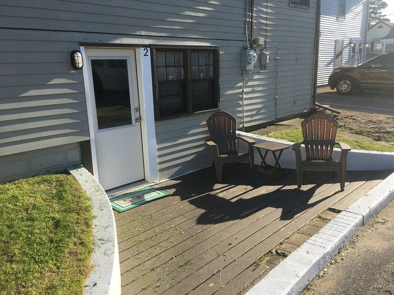 Terrasse avant ensoleillée pour se détendre, profiter du soleil et regarder les gens