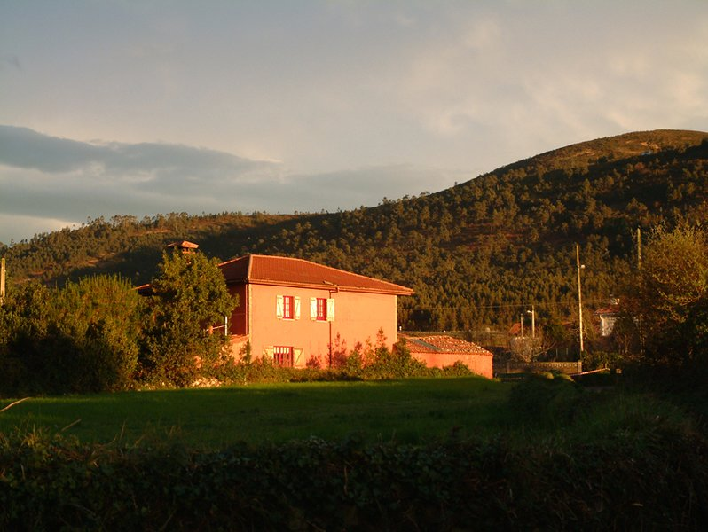 Spacious 4 Bedroom Village House on the Asturian Coast, holiday rental in Canero