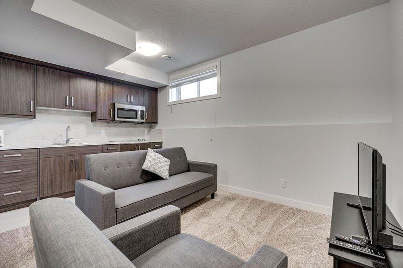 Cozy Lower Suite Close to Downtown Lower 29, location de vacances à Cochrane