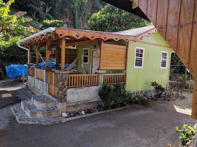Studio cabin near sea front, alquiler de vacaciones en Saint Andrew Parish