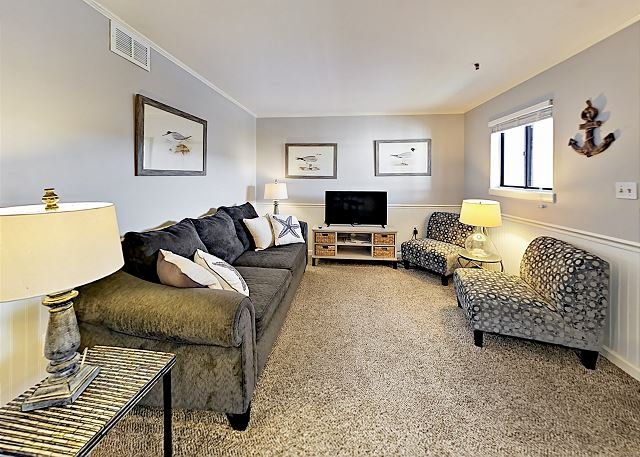 Posh Beachfront Villa w/ Pools, Hot Tub, Sauna, Tennis & On-site Dining, holiday rental in Bluffton