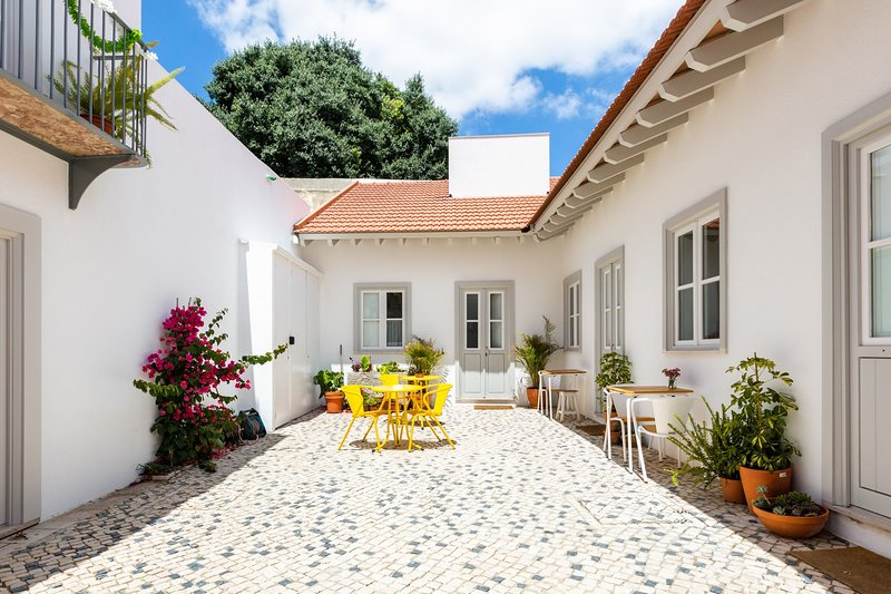 Apt D Beautifully Restored Cottage with Patio in Historic Center D, vacation rental in Lisbon District